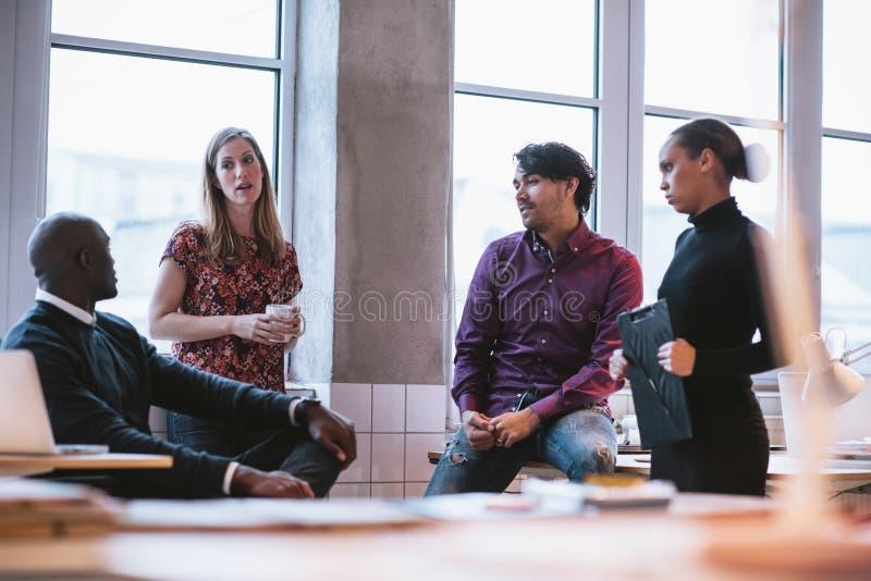 Verschiedenes Geschäftsteam, das Arbeit im Büro bespricht lizenzfreies stockfoto