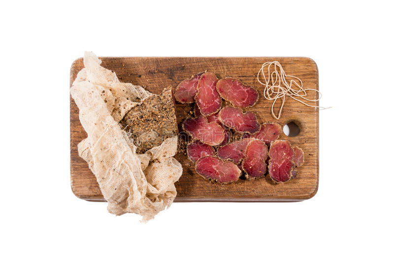 Verschiedenes geschnittenes Fleisch auf hölzernem Umhüllungsbrett Schinken, Schweinefleisch oder Rindfleisch Vorbereiten für Aben lizenzfreies stockfoto