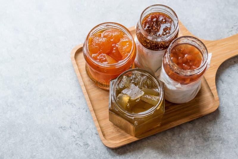 Verschiedenes Glas Frucht staut Feige, Quitte, Bergamotten-Zitrusfrucht, Wassermelone auf hölzernem Behälter/Marmelade stockfotografie
