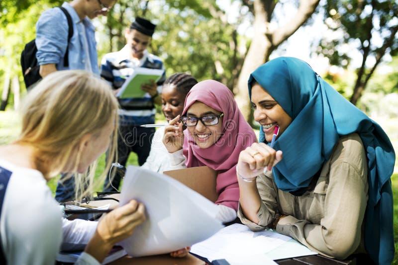 Verschiedenes Hochschuljugendlichstudieren im Freien stockbild