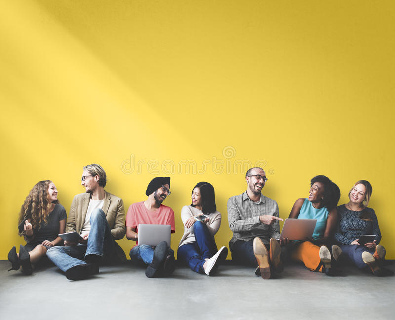 Verschiedenes Leute-Freundschafts-Digital-Gerät-Kopien-Raum-Konzept lizenzfreies stockfoto