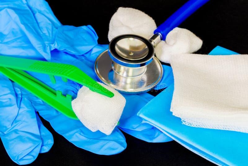 Verschiedenes medizinisches Material in den blauen und weißen Farben stockbild