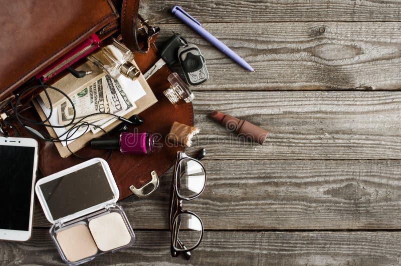 Verschiedenes notwendiges Zubehör in einer Frauen ` s Handtasche lizenzfreie stockfotografie