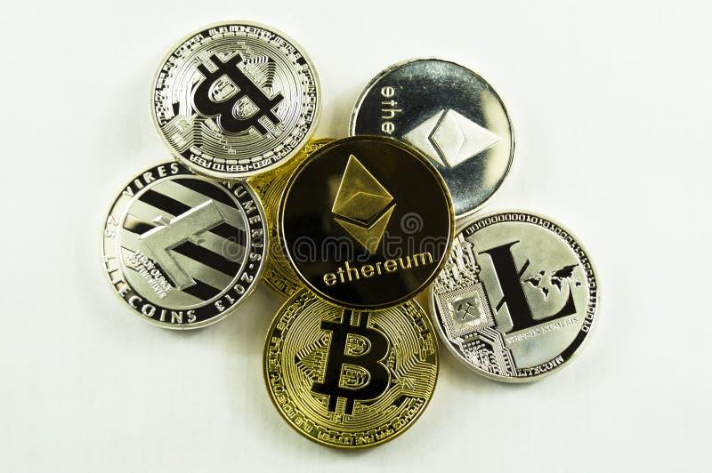 Verschiedenes Schlüssel-strom bitcoin, lightcoin, ethereum auf einem weißen Hintergrund lizenzfreie stockbilder