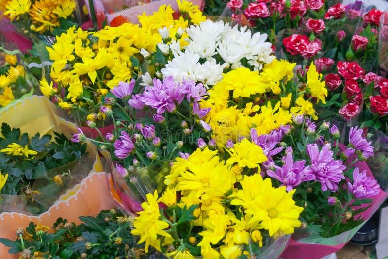 Verschillend assortiment van bloemenboeketten royalty-vrije stock afbeelding