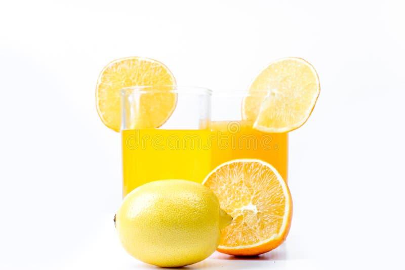 Verschillend fruit en sap of smoothie in een glas stock afbeelding