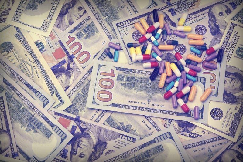 Verschillend Geneesmiddel op de Achtergrond van het Dollarcontante geld stock afbeelding