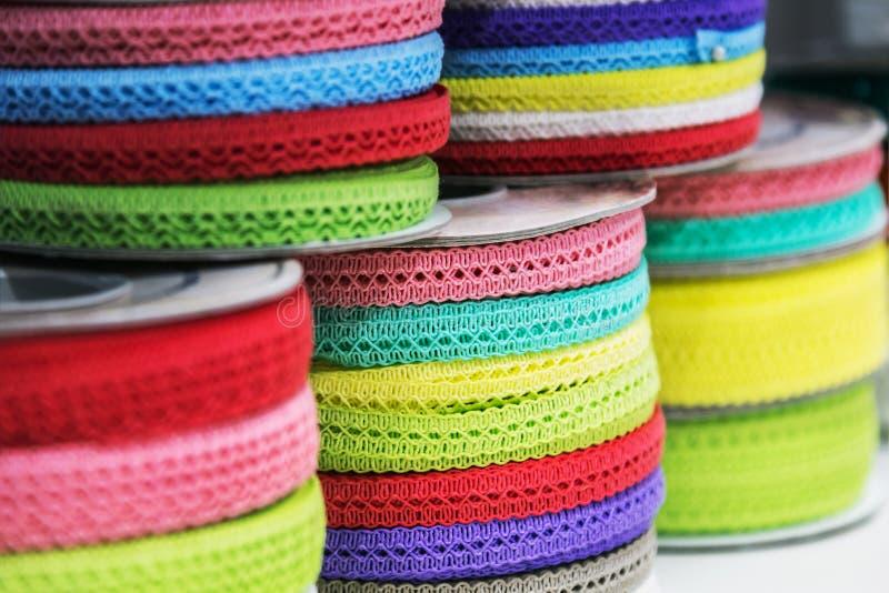Verschillend kleur en ontwerp van lint voor decoratie wanneer het naaien royalty-vrije stock afbeelding