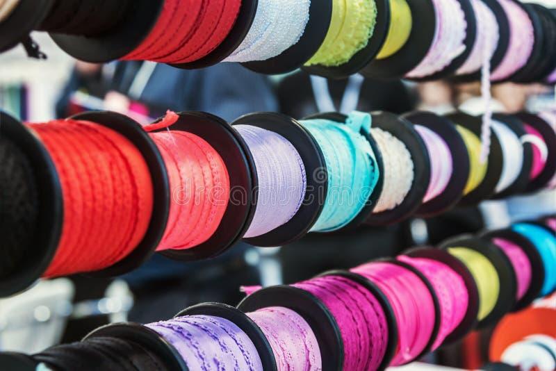 Verschillend kleur en ontwerp van lint voor decoratie wanneer het naaien royalty-vrije stock foto's