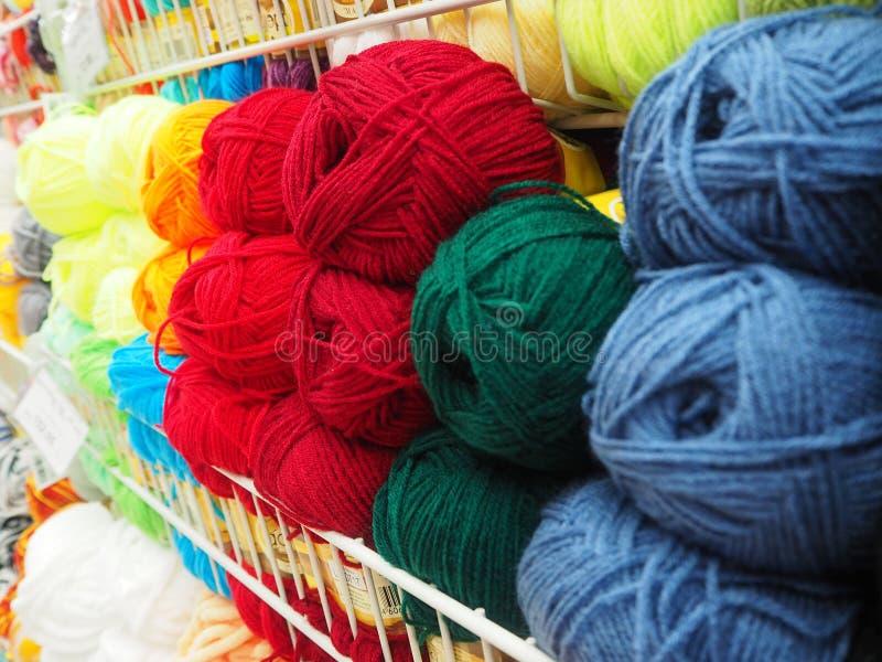 Verschillend kleurengaren, multicolored draden stock afbeeldingen