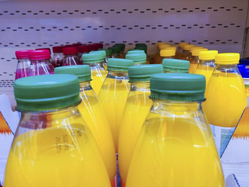 Verschillend kleurensap in plastic flessen in een reeks voor gezonde levensstijl stock foto