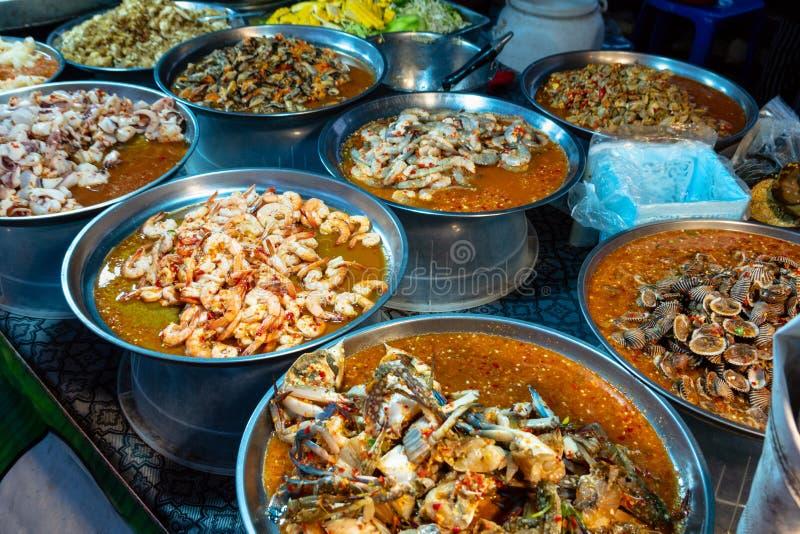 Verschillend Thais straatvoedsel op verkoop bij één van de markten in Bangkok, Thailand royalty-vrije stock fotografie