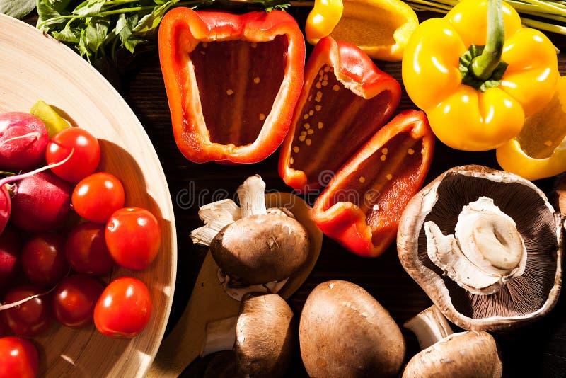 Verschillend type van verse organische groenten op gebrande houten rug stock afbeeldingen