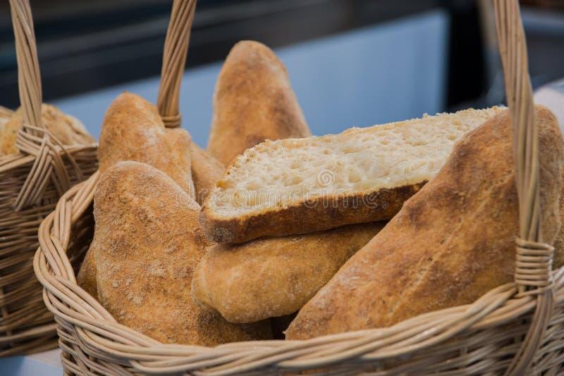 Verschillend vers brood in de mand in de bakkerij Selectieve nadruk royalty-vrije stock foto