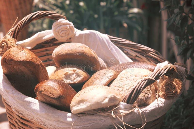 Verschillende broodtypes in rieten mand stock afbeeldingen