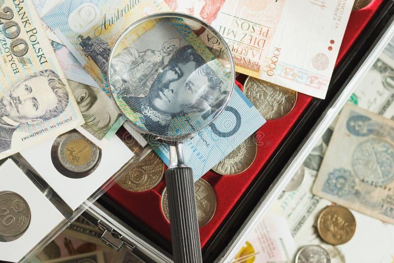 Verschillende collector` s muntstukken en bankbiljetten royalty-vrije stock fotografie
