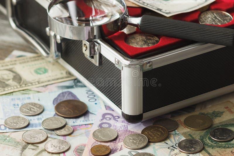 Verschillende collector` s muntstukken en bankbiljetten stock fotografie