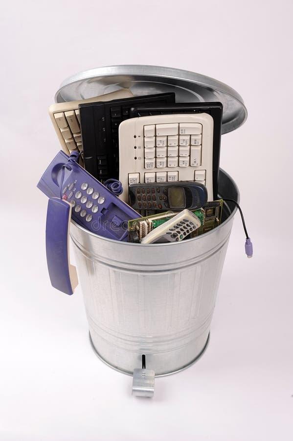 Verschillende computerdelen in vuilnisbak stock foto's