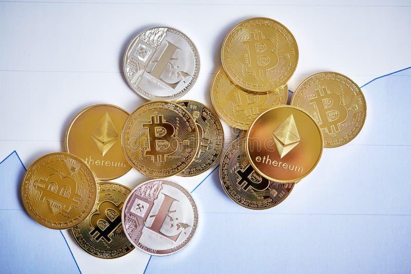 Verschillende cryptocurrency op de grafiekachtergrond, close-up, ondiepe diepte van gebied stock afbeeldingen
