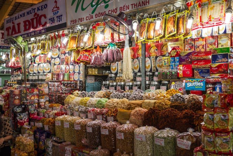 Verschillende delen van een varken op een dienblad bij de markt stock foto