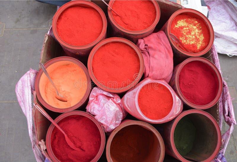 Verschillende die kleuren van vermillion door vrouwen van Nepal en India worden gebruikt stock afbeeldingen