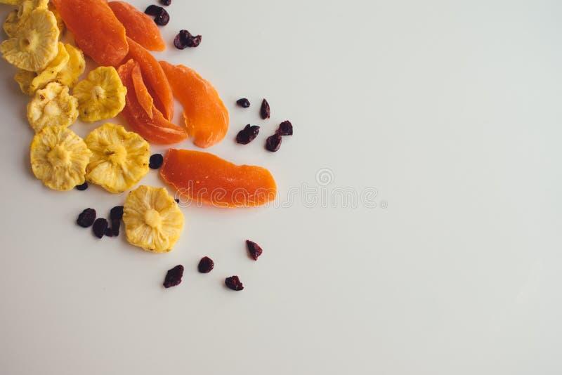 Verschillende droge die vruchten op de lijstoppervlakte worden verspreid royalty-vrije stock fotografie