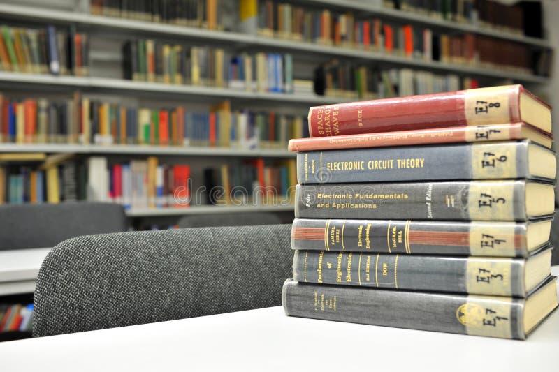 Verschillende fysicaboeken in de bibliotheek royalty-vrije stock afbeelding