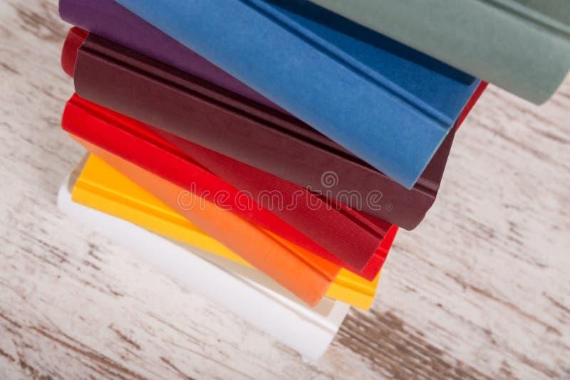 Verschillende gekleurde boeken stock foto's