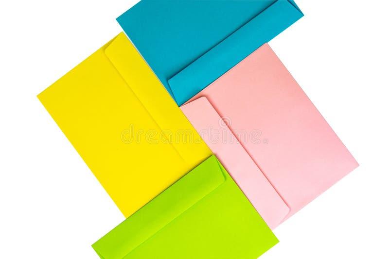 Verschillende gekleurde enveloppen op de lijst Multi gekleurde enveloppen en brieven royalty-vrije stock afbeeldingen