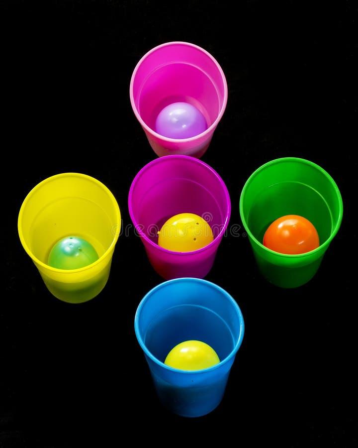 Verschillende gekleurde koppen en eieren klaar voor Pasen royalty-vrije stock foto