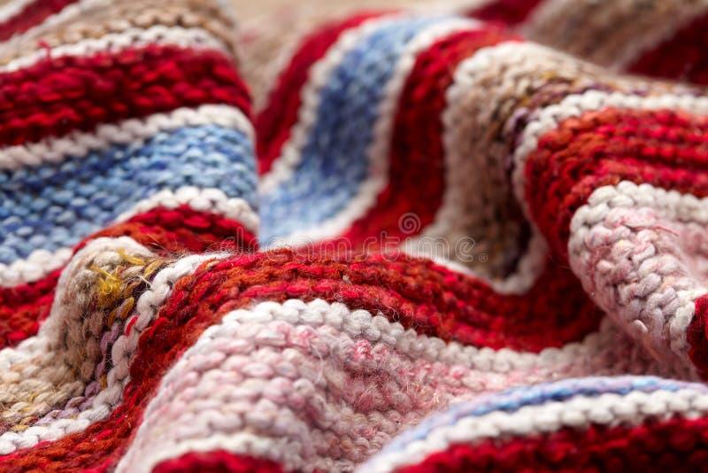 Verschillende gekleurde strepen op de gebreide stoffenoppervlakte achtergrondclose-up van textiel retro dekens of dekens De textu stock foto's