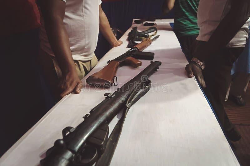 verschillende geweren op de teller in de kanonwinkel stock foto's