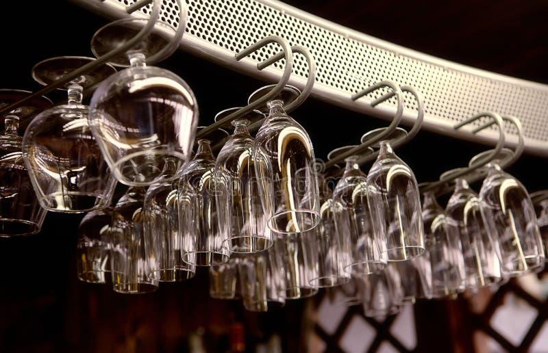 Verschillende glazen in de staaf stock afbeeldingen