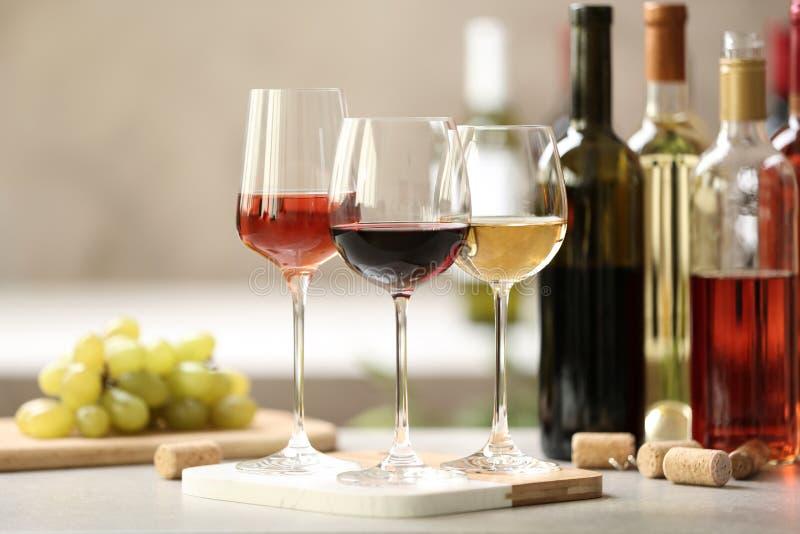 Verschillende glazen met wijn stock afbeeldingen