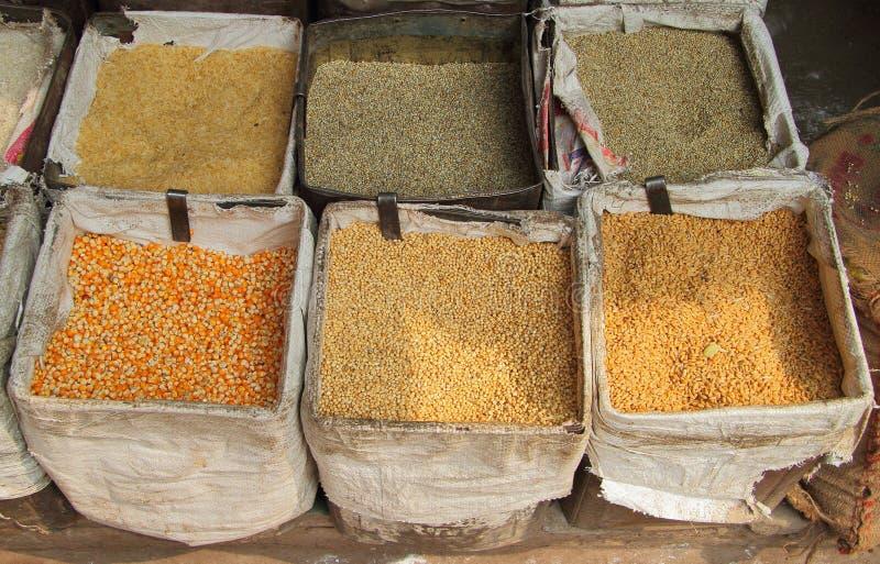 Verschillende graangewassen in de markt van Delhi royalty-vrije stock afbeelding