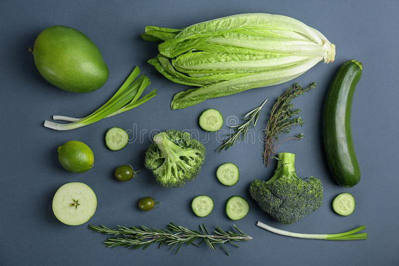 Verschillende groene groenten en vruchten op donkere achtergrond royalty-vrije stock afbeelding
