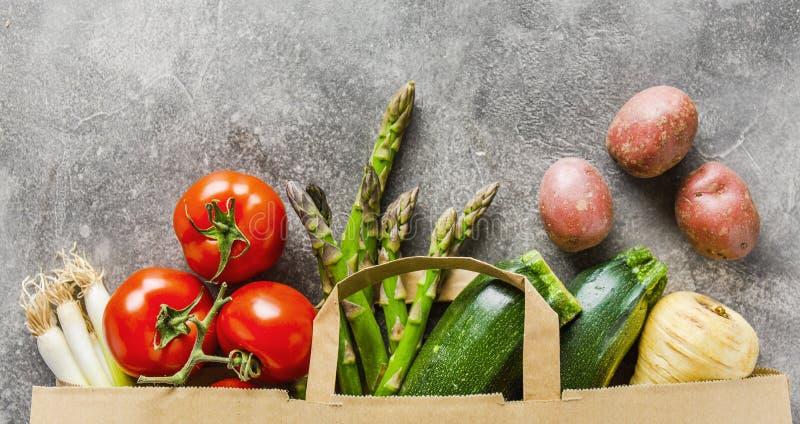 Verschillende groenten in document zak op grijs royalty-vrije stock foto