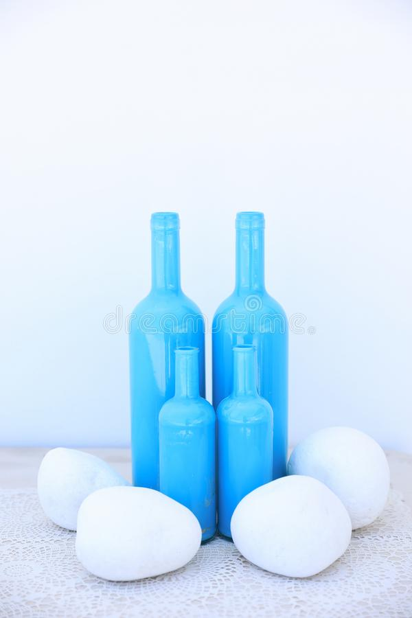 Verschillende grootte vier blauwe flessen als vaasidee voor uw huis in Mediterrane stijl stock foto's