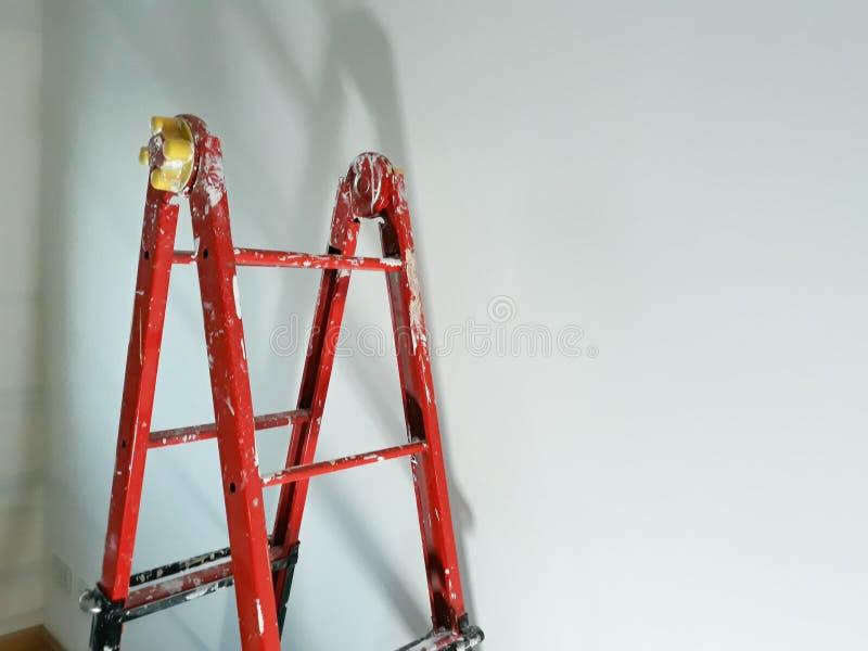 Verschillende hoeken van een painter& x27; s ladder in een te renoveren ruimte royalty-vrije stock afbeelding
