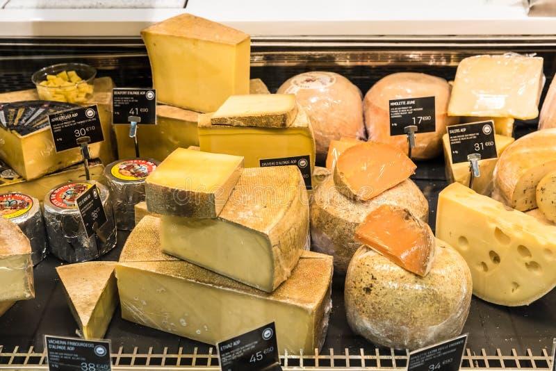 Verschillende kazen op vertoning in een Franse supermarkt Parijs, Fra stock afbeelding