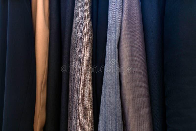 Verschillende kledingstexturen in de kast, pakken royalty-vrije stock afbeeldingen