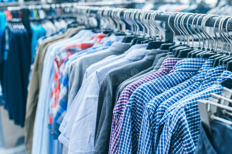 Verschillende kleren op hangers stock afbeeldingen