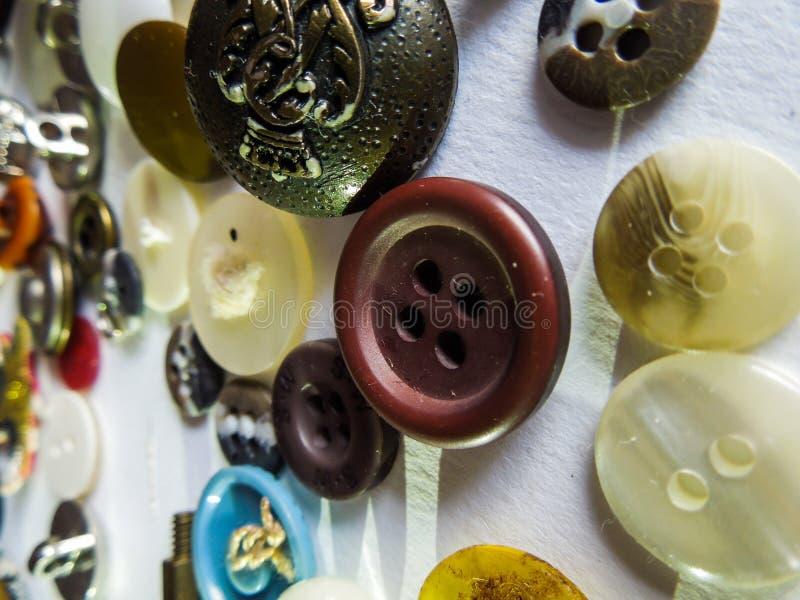 Verschillende kleurrijke gevormde knopen met witte achtergrond royalty-vrije stock afbeelding