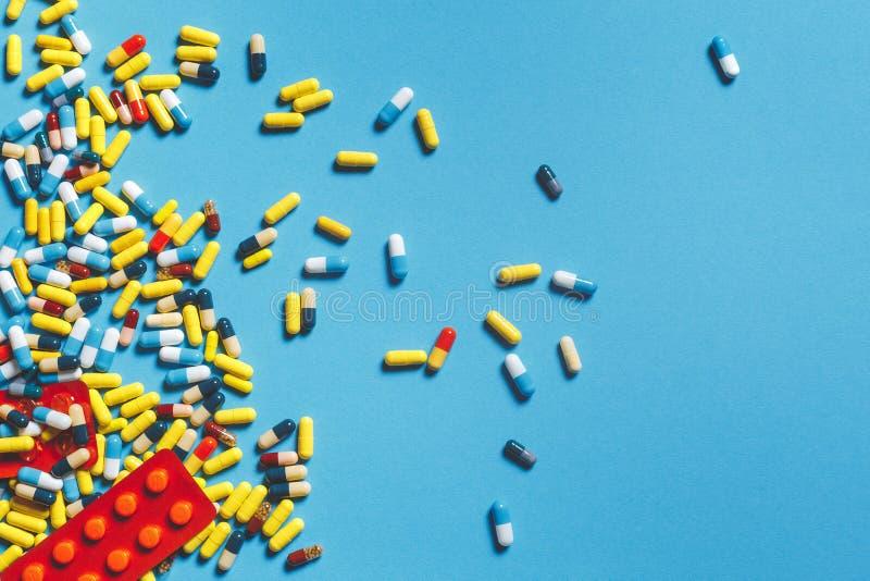 Verschillende Kleurrijke Pillen, Tabletten en Capsules op Blauwe Achtergrond De Apotheekconcept van de geneeskundegezondheidszorg royalty-vrije stock afbeelding