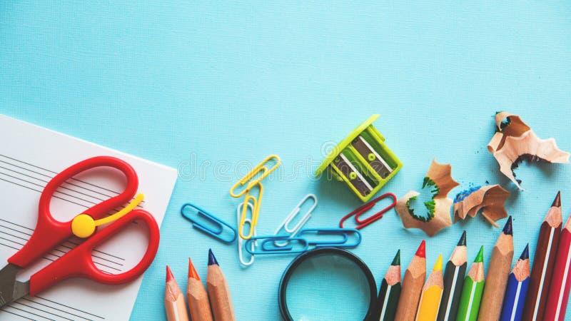 Verschillende kleurrijke potloden en schaar of bureaulevering op een witte achtergrond Onderwijs of bedrijfsconcept Lege plaats v stock afbeelding
