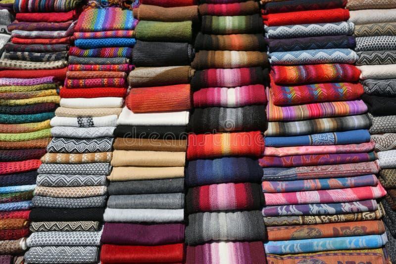 Verschillende Kleurrijke Stof bij markt in Peru royalty-vrije stock fotografie