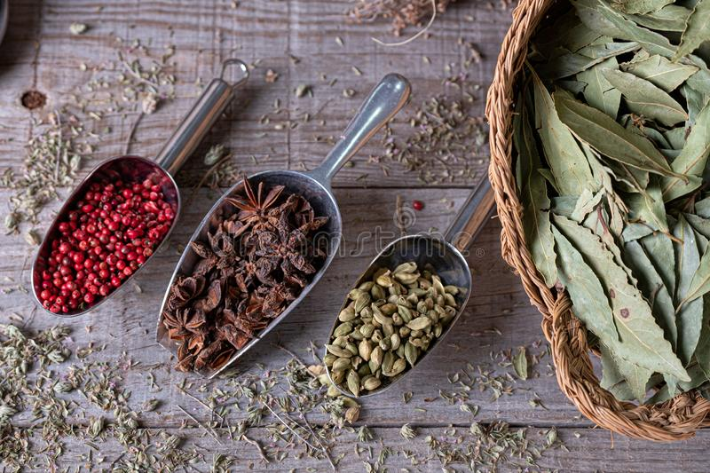 Verschillende kruiden van exotische die kleuren van hierboven op houten raad worden gezien stock afbeelding