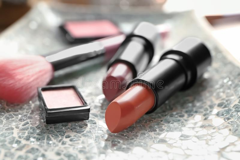 Verschillende lippenstiften en andere schoonheidsmiddelen op lijst stock afbeeldingen