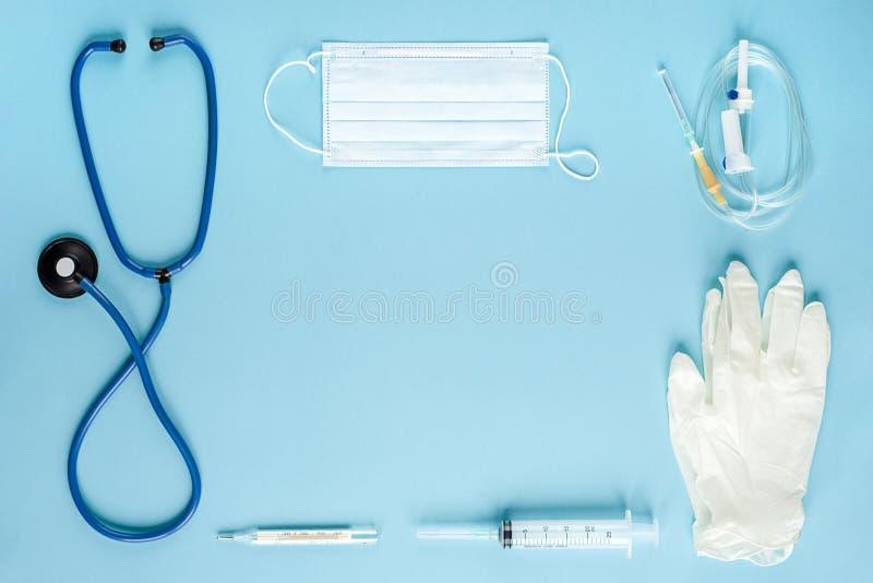 Verschillende medische apparatuur op blauwe achtergrond De mening vanaf de bovenkant stock foto