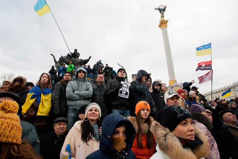 Verschillende mensen met portret van Russische voorzitter Putin die zich op anti-government demonstratie tijdens de week van prote stock afbeelding